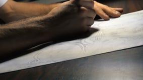 De schilder trekt schets op de lijst stock videobeelden