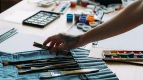 De schilder van de kunstworkshop professionele het plukken borstel stock foto
