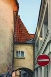 De schilderachtige boog met weinig venster tussen twee huizen voegt verbetering aan de straat toe Mening van hoofdPraag Stock Afbeelding