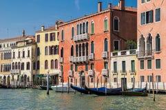 De schilderachtige dijk van Grand Canal Heldere Venetiaanse huizen op het water, een pijler met houten gondels Op de achtergrond royalty-vrije stock foto's