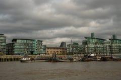 De schilderachtige gebouwen Oost-die van Londen van de rivier van Theems worden bekeken Stock Fotografie