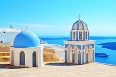 De schilderachtige Griekse hoogste mening van Santorini van de kerkkoepel stock afbeeldingen