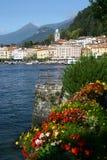 De schilderachtige Italiaanse oever van het meerstad van Bellagio Stock Foto