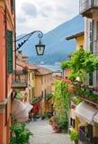 De schilderachtige kleine mening van de stadsstraat in Meer Como Italië Royalty-vrije Stock Afbeeldingen