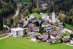 De schilderachtige kleine stad van Kals am Großglockner stock afbeeldingen