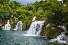 De schilderachtige Kroatische watervallen van plitvicemeren Stock Afbeelding