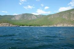 De schilderachtige kustlijn van de westelijke kust van Meer Baikal Stock Afbeeldingen