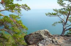 De schilderachtige kustlijn van de westelijke kust van Meer Baikal Hoogste mening Stock Afbeelding