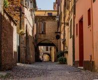 De schilderachtige middeleeuwse straat van Ferrara, Italië Stock Afbeelding