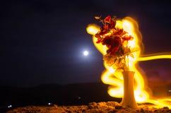De schilderachtige purpere lente bloeit in glasvaas die zich op een rij op een donkere achtergrond met sterren en maan bevinden Stock Fotografie