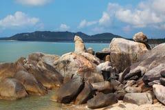 De schilderachtige stapel van rotsen op het strand Stock Afbeeldingen