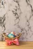 De schilderende gouden eieren van Pasen Stock Foto's
