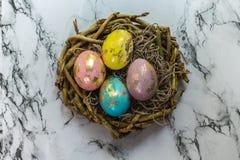 De schilderende gouden eieren van Pasen Royalty-vrije Stock Foto