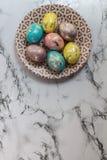 De schilderende gouden eieren van Pasen Royalty-vrije Stock Fotografie