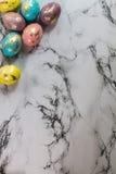 De schilderende gouden eieren van Pasen Royalty-vrije Stock Afbeeldingen