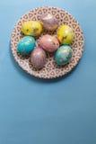 De schilderende gouden eieren van Pasen Royalty-vrije Stock Afbeelding