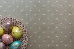 De schilderende gouden eieren van Pasen Stock Afbeeldingen