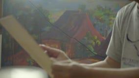 De schilderswerken in studio door het schilderen te maken stock footage