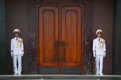 De schildwachten van de eer bewaken bij de deur van het Ho Chi Minh-mausoleum vietnam Stock Fotografie