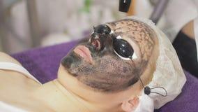 De schilprocedure van het koolstofgezicht De laserimpulsen maken huid van het gezicht schoon De behandeling van de hardwarekosmet stock videobeelden