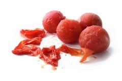 De schiltomaten, het koken het thema met gepelde tomaten en de schil zijn royalty-vrije stock fotografie