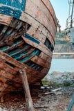 De schip` s ruïnes op de kust stock afbeelding