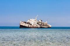 De schipbreuk op het Shoaiba-Strand dichtbij Jeddah, Saudi-Arabië royalty-vrije stock fotografie