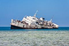 De schipbreuk op het Shoaiba-Strand dichtbij Jeddah, Saudi-Arabië stock afbeelding