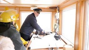 De schipkapitein geeft instructies hogere vrouwenbemanning stock footage