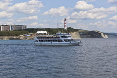 De schipsalamander komt omhoog uit Gelendzhik-Baai in de open Zwarte Zee Royalty-vrije Stock Foto