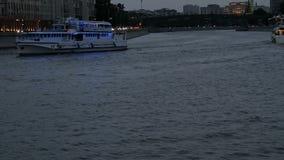De schipzeilen op de rivier bij nacht stock video