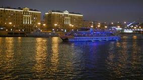 De schipzeilen op de rivier bij nacht stock videobeelden
