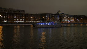 De schipzeilen op de rivier bij nacht stock footage