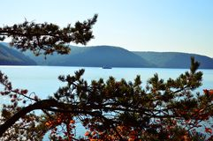 De schipzeilen over het meer Het meer Baikal Rusland, Oost-Siberië Duidelijke September-dag Royalty-vrije Stock Afbeeldingen