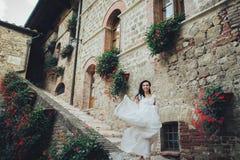 De schitterende bruid raakt haar curles tedere status vóór Oran Royalty-vrije Stock Afbeeldingen