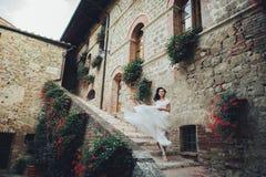 De schitterende bruid raakt haar curles tedere status vóór Oran Royalty-vrije Stock Foto