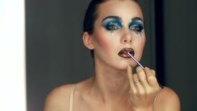 De schitterende Jonge model mooie vrouwen met perfecte kunst maken omhoog in spiegel stock video