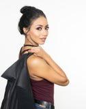 De schitterende jonge vrouw met het sexy donkere smeulen kijkt Royalty-vrije Stock Foto's