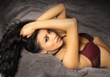 De schitterende jonge vrouw met het sexy donkere smeulen kijkt Royalty-vrije Stock Afbeeldingen