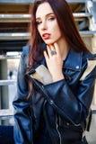 De schitterende modieuze sexy jonge donkerbruine portretten van de vrouwenstraat Stock Foto's