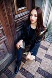 De schitterende modieuze sexy jonge donkerbruine portretten van de vrouwenstraat Royalty-vrije Stock Foto