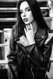 De schitterende modieuze sexy jonge donkerbruine portretten van de vrouwenstraat Rebecca 36 Stock Foto's