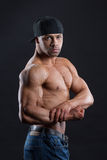 De schitterende onafhankelijke mens toont zijn krachtig sterk lichaam Stock Fotografie