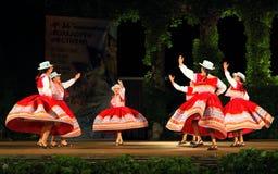 De schitterende Peruviaanse prestaties van folkloreballerina's stock foto
