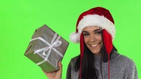 De schitterende Santa Claus-vrouw het glimlachen gift van holdingskerstmis stock videobeelden