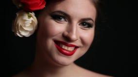De schitterende vrouw met bloemen in had stock videobeelden