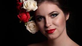 De schitterende vrouw met bloemen in had stock footage