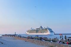 De Schittering van het cruiseschip van het Overzees in Rostock Warnemuende stock foto's