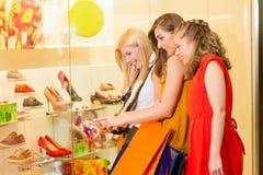 De schoen die van vrienden in een wandelgalerij winkelt royalty-vrije stock foto's