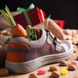 De schoen van kinderen en pepernoten voor Sinterklaas Stock Foto's